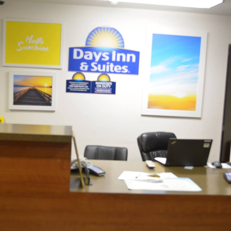 Days Inn & Suites logo